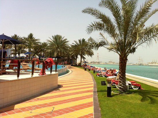 Beach Rotana - Abu Dhabi: Pool side