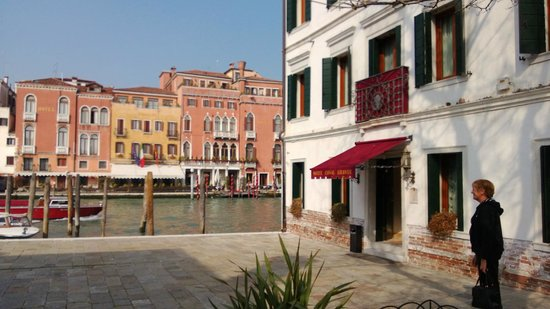 Hotel Canal Grande: located next to Grand Canal