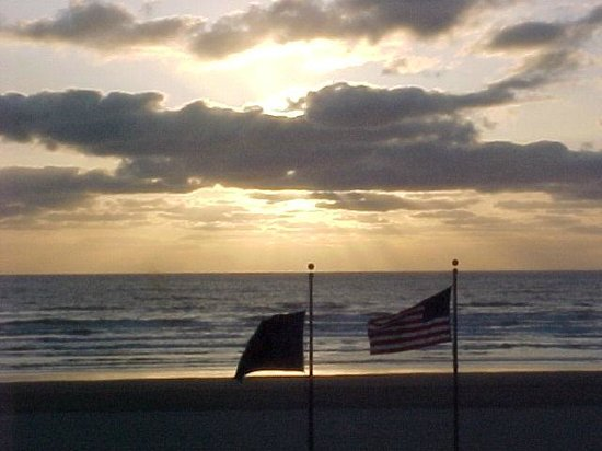 WorldMark Seaside: A sunset with the US and Oregon flags in the foreground