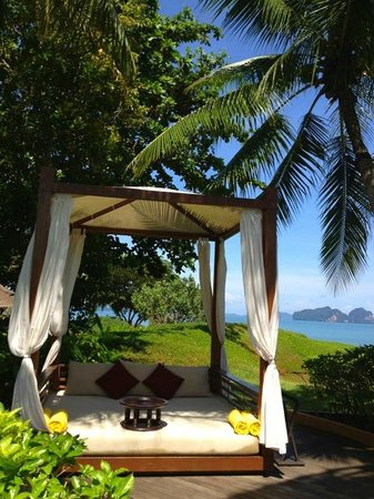 Phulay Bay, A Ritz Carlton Reserve: 泳池區的座椅!
