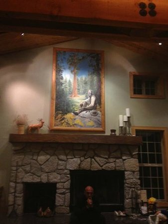 John Muir Lodge: Lobby with fireplace