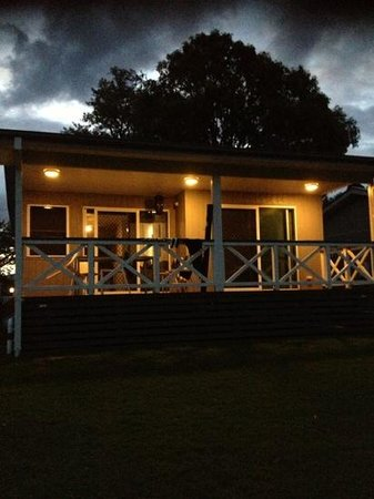Lake Somerset Holiday Park: Cabin 3 verandah facing the lake.