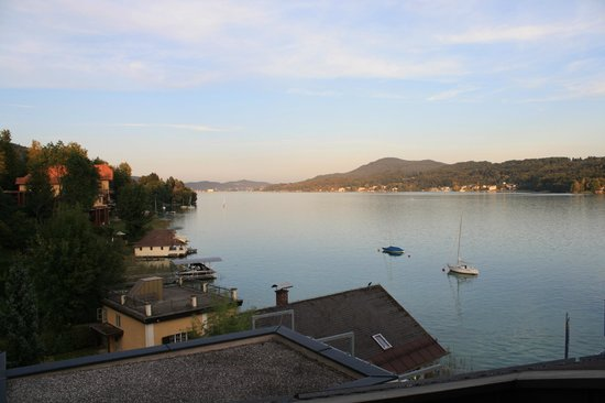 Velden, Österreich: Our view from the balcony