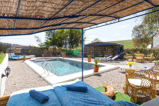 Alora, Spanien: Lounge bed at the pool