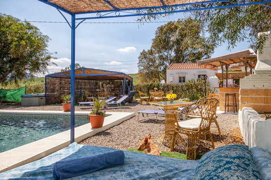 Alora, Spagna: Bar, kitchen and BBQ at the pool