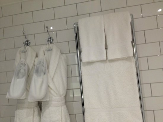 Andaz Liverpool Street: Bathroom robes and towels