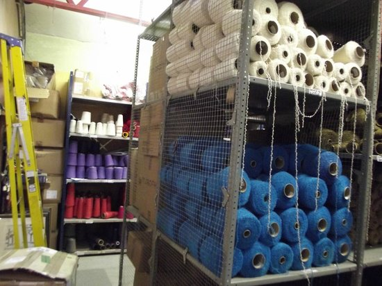Avoca, Irlanda: Huge Bays of dyed wool