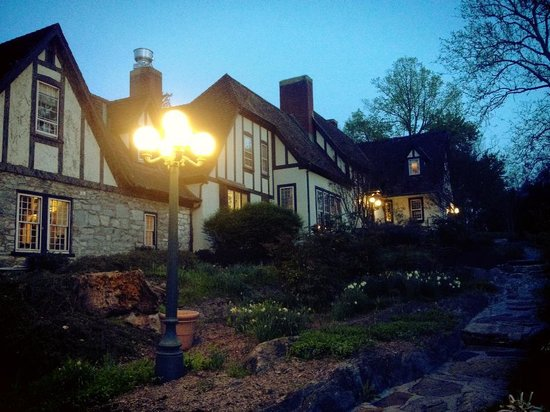 Hillbrook Inn: Front of house &amp; terrace