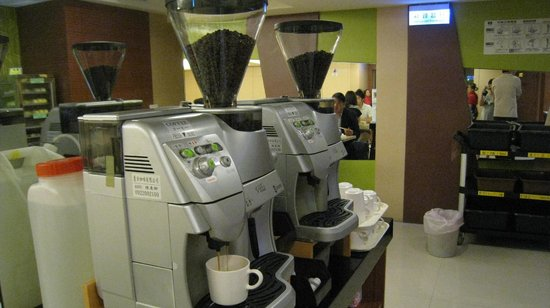 Green World Inn Linsen: Coffee maker at dining area, self service