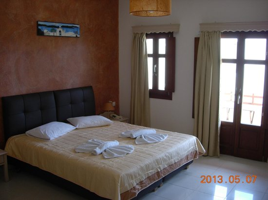 Smaragdi Hotel: Bed view