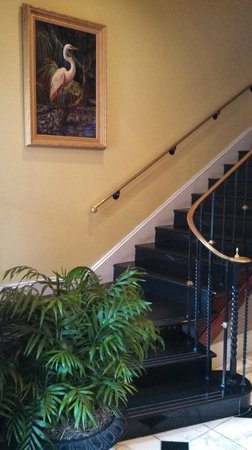 BEST WESTERN King Charles Inn: Staircase from Entry to Upper Lobby