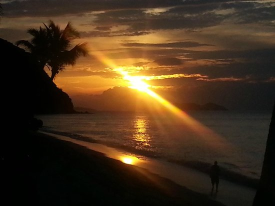 Long Bay Beach Resort & Villas: Sunset at beach front casitas
