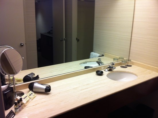 Cambridge Suites Hotel: Bathroom counter