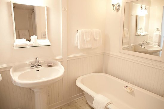 Main Street Inn Highlands: Bathrooms With Original Claw Foot Tubs