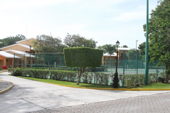 Riu Lupita Hotel: Vu sur Terrain de tennis les chambres dans le fond