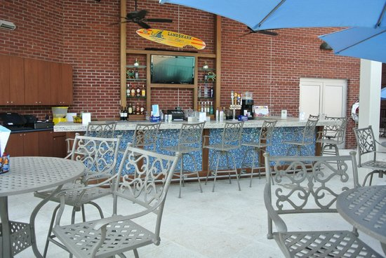 Riverhead, NY: Seasonal poolside bar + grill.