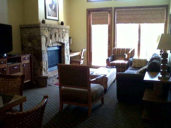 Valdoro Mountain Lodge by Hilton Grand Vacations Suites: Living room with gas fireplace, vaulted ceiling, and ceiling fan