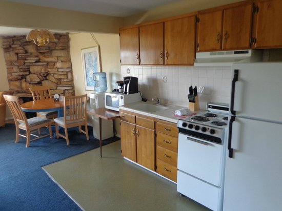 Ocean Shores Inn & Suites: Fully stocked kitchen
