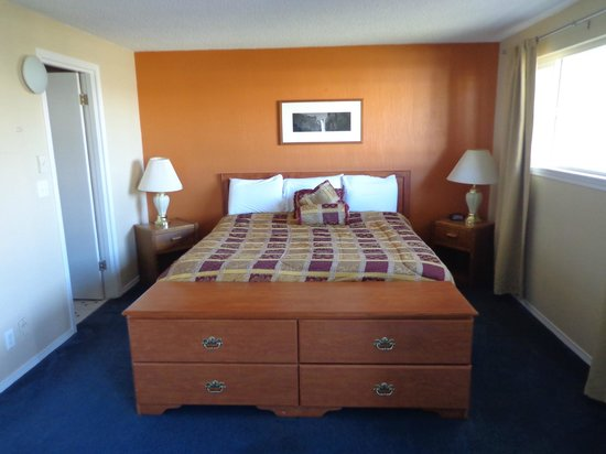 Ocean Shores Inn & Suites: King studio
