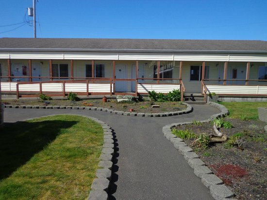 Ocean Shores Inn & Suites: courtyard