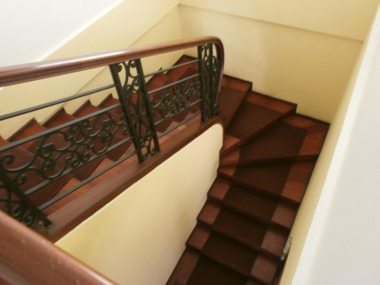 Hotel Colonial: Escaleras casa antigua