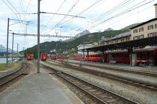 Graubnden, Schweiz: Binario esterno stazione St.Moritz