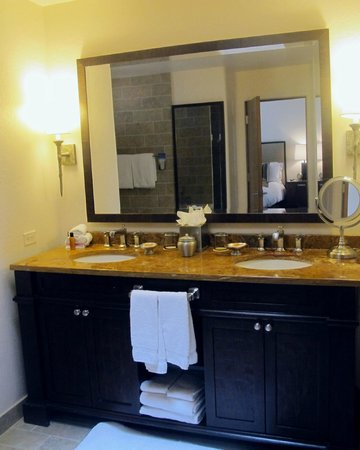 Enchantment Resort: enormous bathrooms