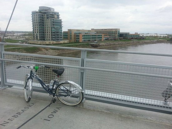 Doubletree Hotel Omaha - Downtown: Biking across the Missouri