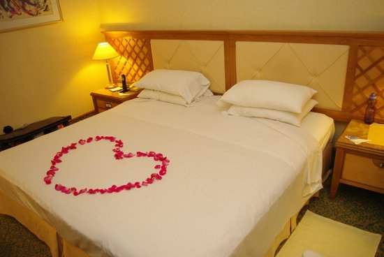 Amathus Beach Hotel Limassol: The bed with petals for the newlyweds