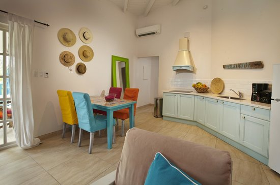 Boardwalk Hotel Aruba: Kitchen and dining area of One Bedroom Casita
