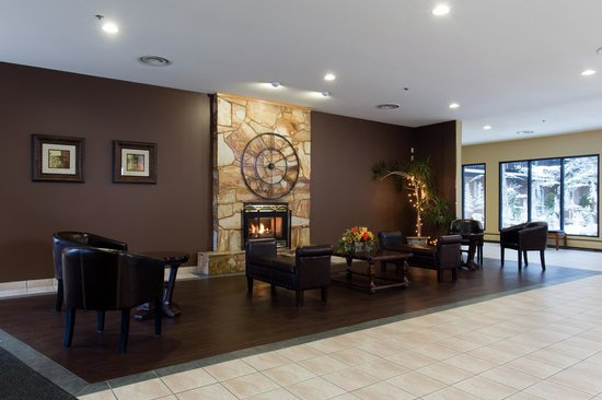 Vernon, Canada: Lobby with fireplace
