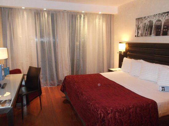 Eurostars Budapest Center: letto matrimoniale con 4 cuscini