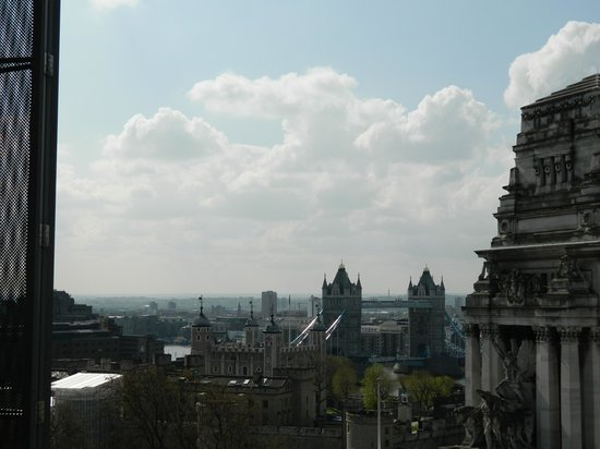 DoubleTree by Hilton Hotel London -Tower of London: View of Tower Bridge