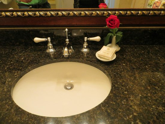 Inn on Biltmore Estate: A fresh rose in the bathroom
