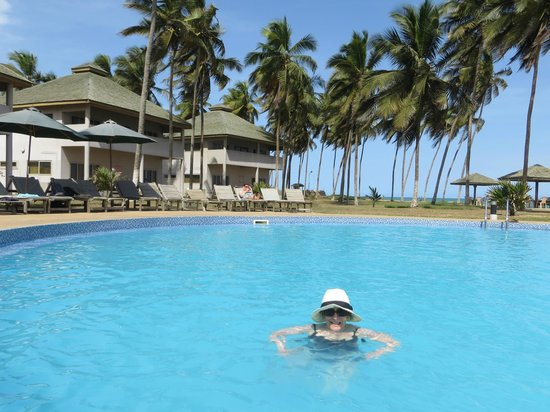 Elmina, Ghana: pool and rooms