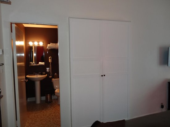 Moda Hotel: Closet bathroom entrance