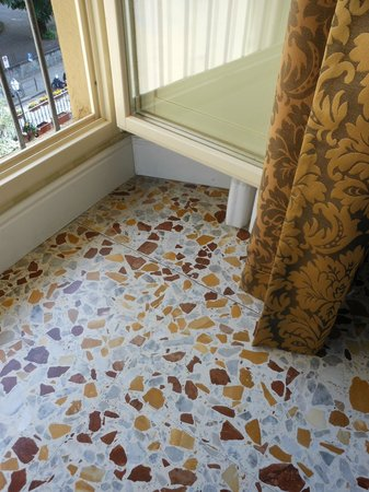 Silla Hotel: Fantastic floor tiles and gorgeous golden drapes
