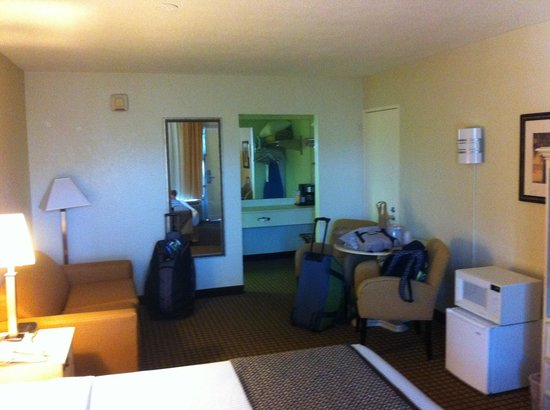 International Palms Resort & Conference Center Cocoa Beach: King size, pool side-after moving luggage in