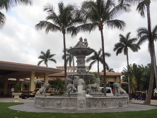 Doral Golf Resort and Spa: amazing fountain at the front desk