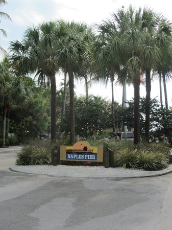 Naples Courtyard Inn: Entrance to nearby Naples Pier.