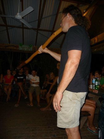 Travellers Oasis Backpackers: Aussie BBQ night... Hostel owner providing entertainment! :)