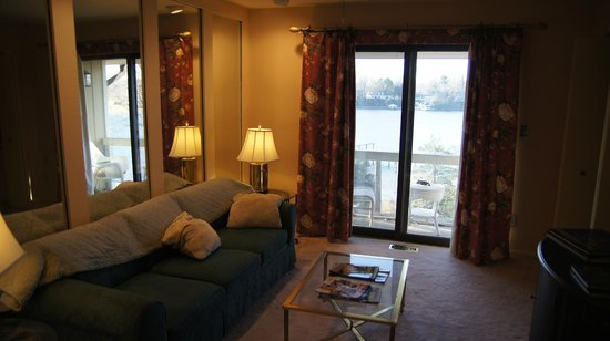 Laurel Grove Inn on the South River: Living room with slider to the small balcony.