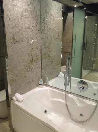 Hilton Madrid Airport : Whirlpool tub to relax in