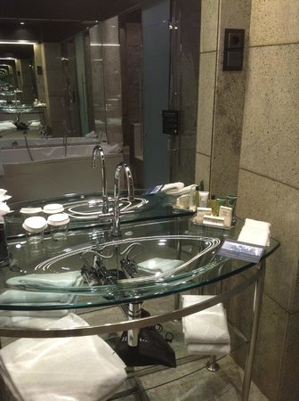Hilton Madrid Airport: Luxury vanity area
