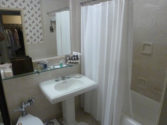 Fairmont Hotel Vancouver: Small Bathroom