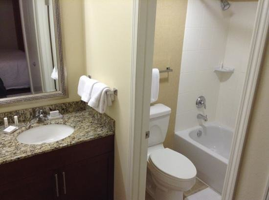 Residence Inn St. Louis Galleria: bathroom