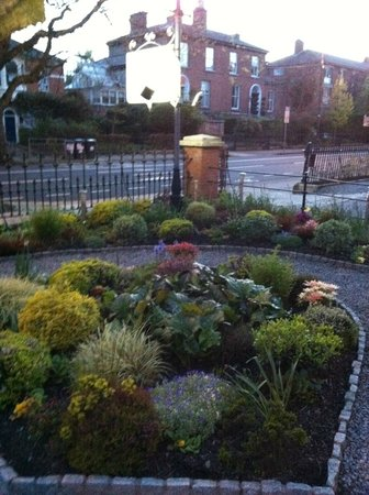 Roxford Lodge Hotel: Little front garden