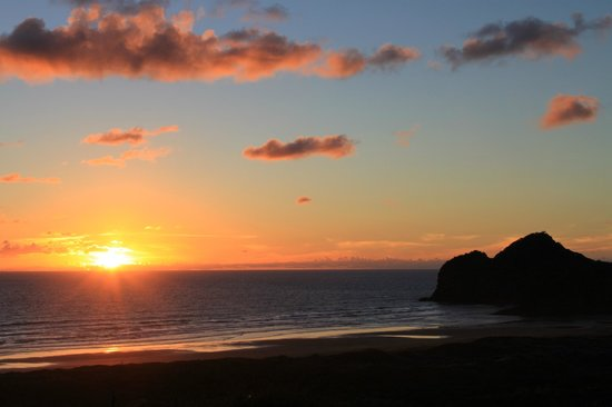 Bethells Beach Cottages: beautiful sunset