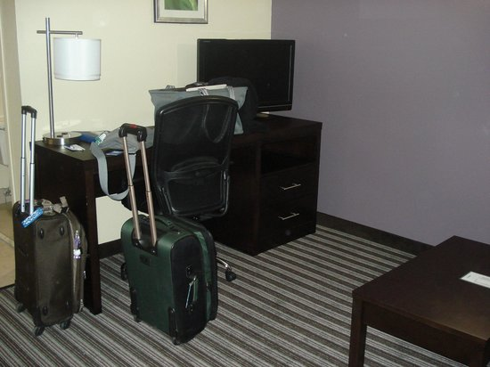 Comfort Inn Paducah: Entry room--desk, TV, couch!
