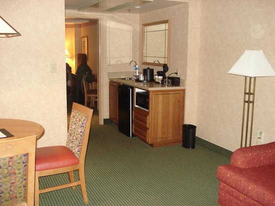 Embassy Suites Omaha Downtown/Old Market: Couch, table, kitchenette